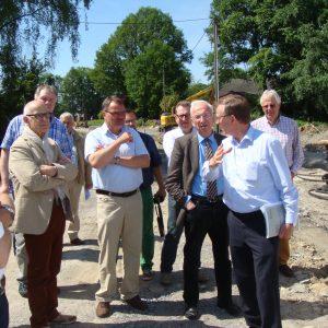 Auf dem Bild zu erkennen: Ausschuss-Vorsitzender Klaus Tönshoff im Gespräch mit dem Leitenden Kreisbaudirektor Josef Rakel (rechts) und dem Fachbereichsleiter Bauen und Umwelt Frank Scheffer.