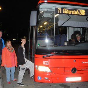 Udo Brune und Liane Fülling, Kreistagsmitglieder der SPD-Fraktion, begrüßen den Auszubildenden Devon Wunderlich auf der Premierenfahrt der zusätzlichen Schnellbusverbindung zum Schulbeginn
