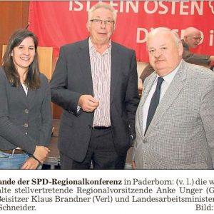 Am Rande der Regionalkonferenz in Paderborn: v.l. die wiedergewählte stellvertr. Regionalvorsitzende Anke Unger (Gütersloh), Beisitzer Klaus Brandner (Verl) und Landesarbeitsminister Guntram Schneider (Bild: Bitter)