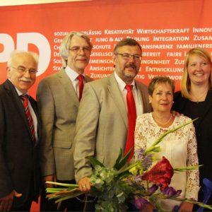 Unser Bild zeigt von links: Bürgermeister Klaus Besser (Steinhagen), SPD-Kreisvorsitzenden Hans Feuß (HarsewinkHarsewinkel), Kandidat Georg Fortmeier MdL mit Frau Almut und SPD-Unterbezirksvorsitzende Wiebke Esdar (Bielefeld). Bild: Bitter